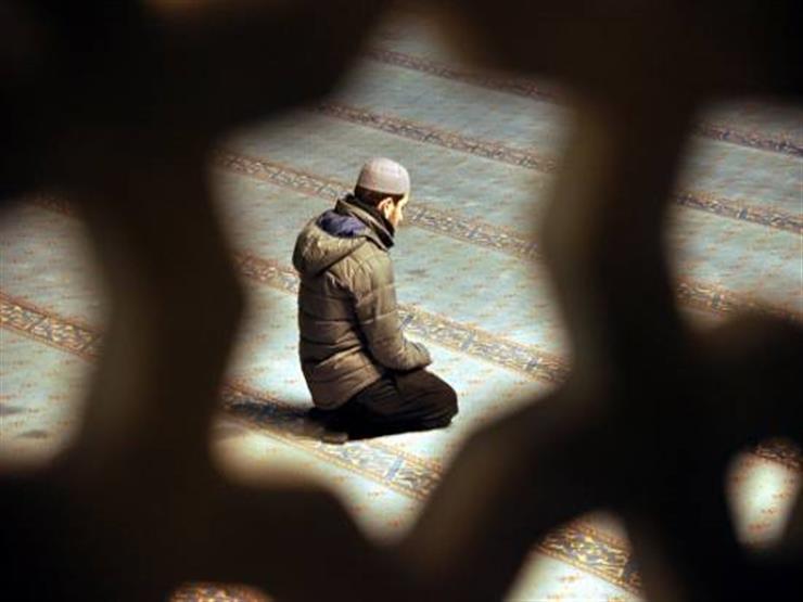 نسيان التشهد الأوسط.. هل يُبطل الصلاة؟.. جمعة يجيب
