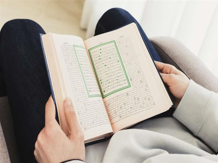فتاوى المرأة (82): حكم لبس الحذاء أثناء قراءة القرآن