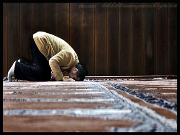 """حكم من أحرم منفردًا وأثناء صلاته نوى الاقتداء بشخص آخر.. """"البحوث الإسلامية"""" يوضح"""