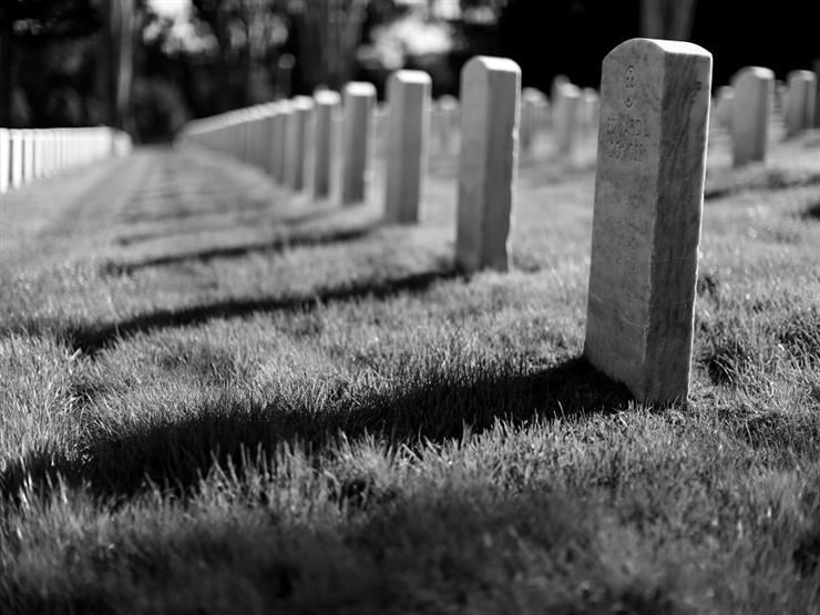 ثواب من يدفن الأطفال في مقابره الخاصة.. وهل الدفن قاصر على الرجال؟