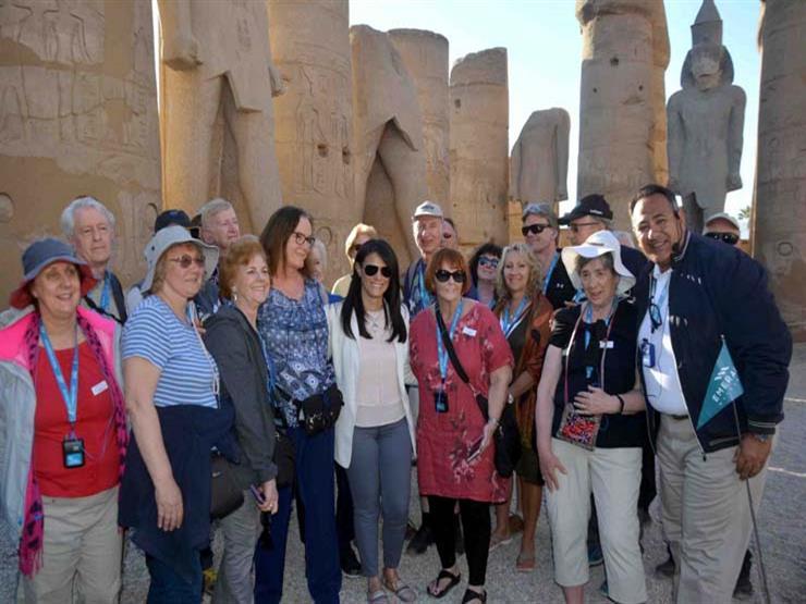 وزيرة السياحة تلتقي مجموعة من السائحين بمعبد الأقصر