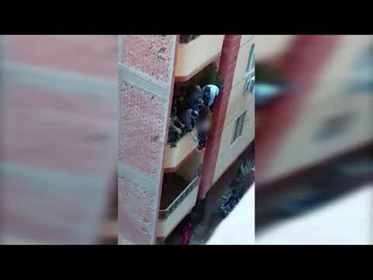 """""""سيدة البلكونة"""".. إنقاذ سيدة قبل سقوطها من الدور الثاني بفيصل (فيديو)"""