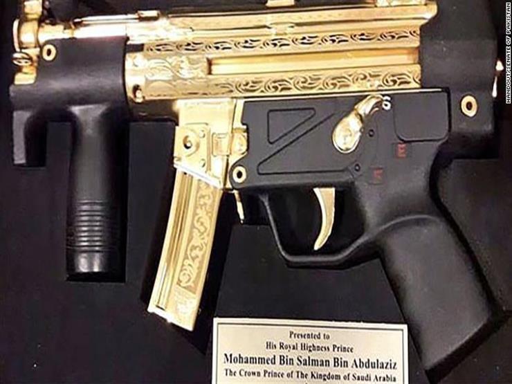 باكستان تهدي محمد بن سلمان بندقية مطلية بالذهب