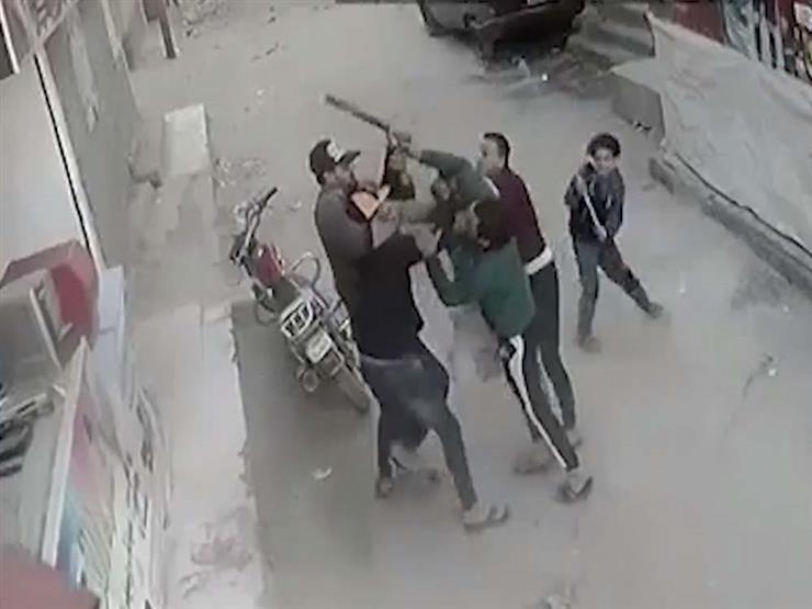 شاهد| اعتداء وحشي على طفل تدخل للدفاع عن والده فأصيب بعاهة مستديمة