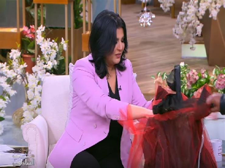 """منى الشاذلي أثناء تلقيها هدية ويزو وزوجها: """"يا خوفي من هدايا مسرح مصر"""""""