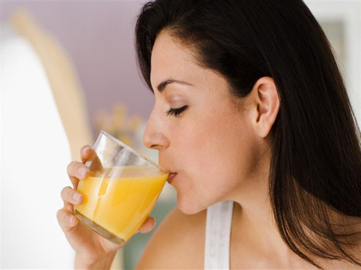 منها الاحتفاظ به في الثلاجة.. أخطاء شائعة يرتكبها الكثيرون عند شرب العصائر