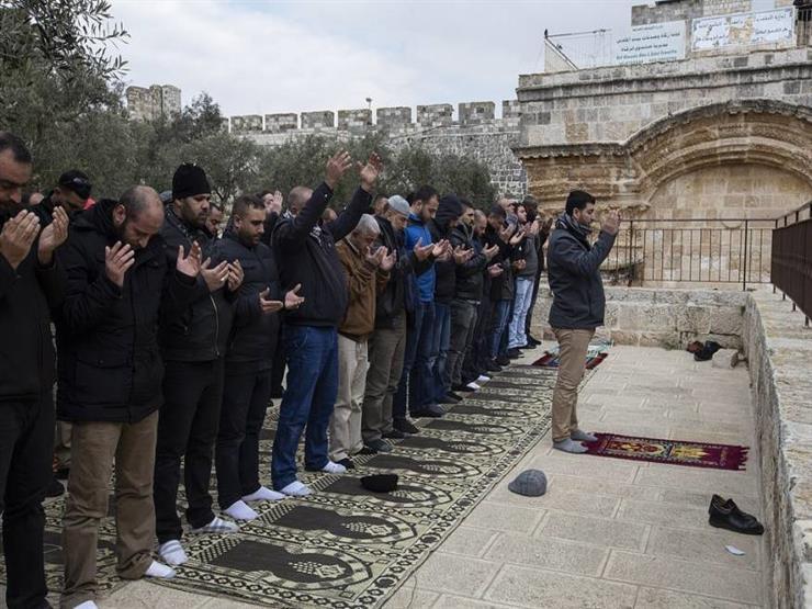 3fbed0f86bd3f الفلسطينيون يؤدون صلاة الجمعة داخل مصلى باب الرحمة في الأقصى