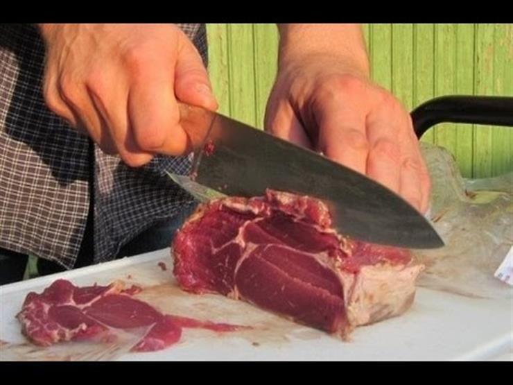 """""""أثناء تقطيع اللحمة"""".. جزار أخطأ استخدام السكين فدفع حياته الثمن"""