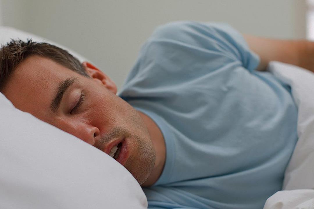 أسباب متعددة لسيلان اللعاب.. هل يشير لمشكلة أثناء النوم؟