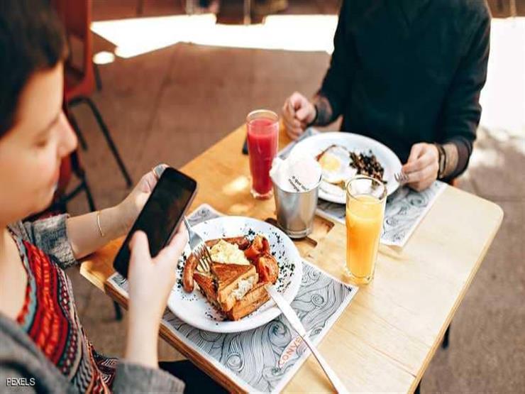 ماذا يحدث لصحتك إذا استخدمت الهاتف أثناء تناول وجبات الطعام؟