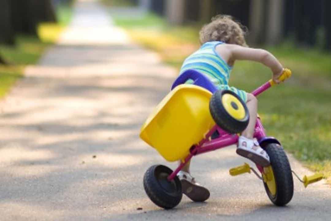 سقوط الطفل على رأسه قد يؤدي لارتجاج المخ.. علامات خطر