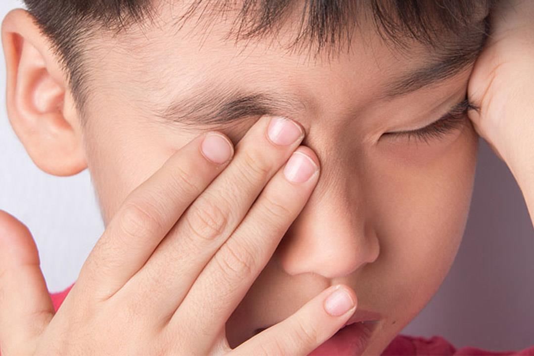الرموش قد تشكل مخاطر على طفلك في هذه الحالة.. إليك العلاج