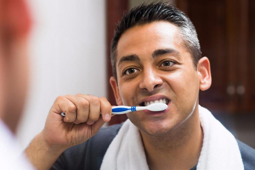 هل استخدامك لمعجون طفلك يضر بأسنانك؟