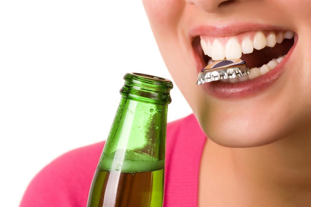 تفتح الزجاجات والأكياس بأسنانك؟.. أنت معرض لهذه الأضرار
