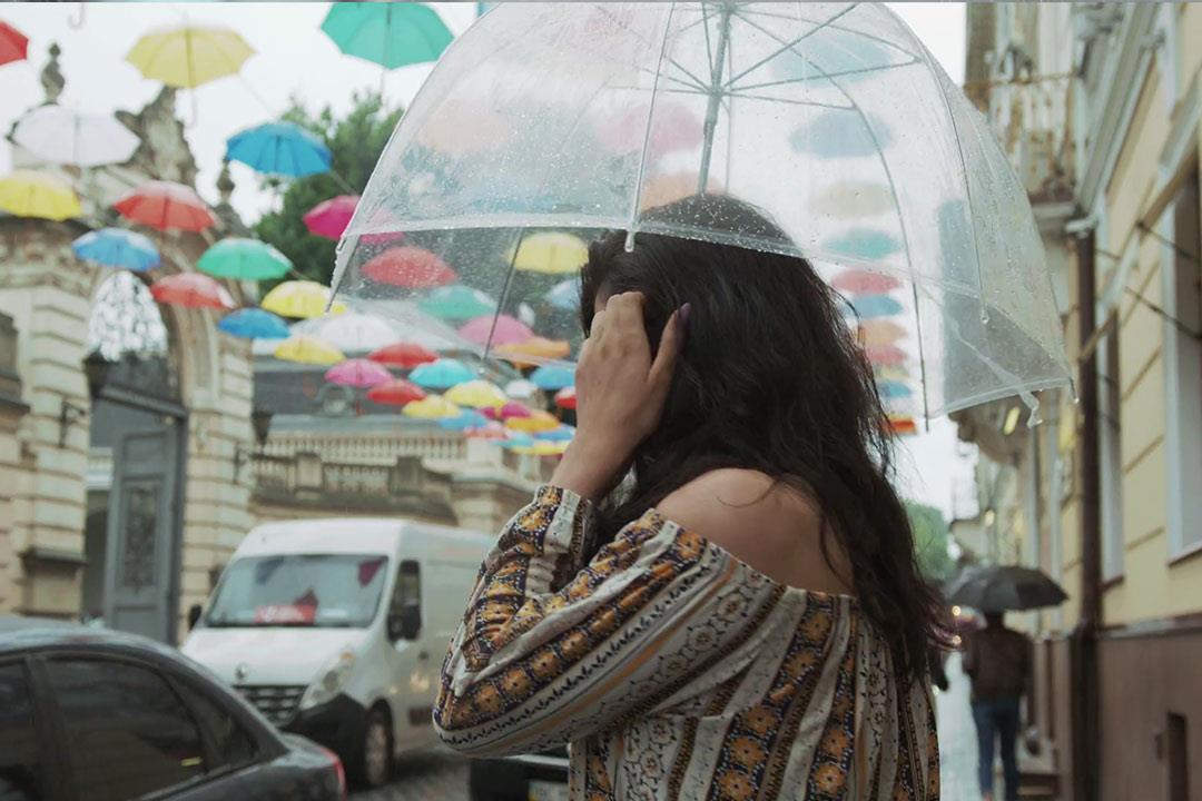 هل تسبب مياه الأمطار تلف الشعر؟