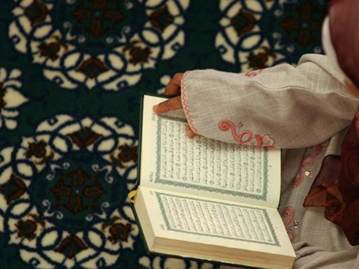 هل تجوز قراءة القرآن للمرأة بدون غطاء رأس؟.. رد المفتي السابق