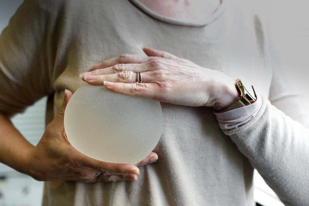 """هل تسبب زراعة الثدي الإصابة بالسرطان؟.. الـ""""FDA"""" تُجيب"""