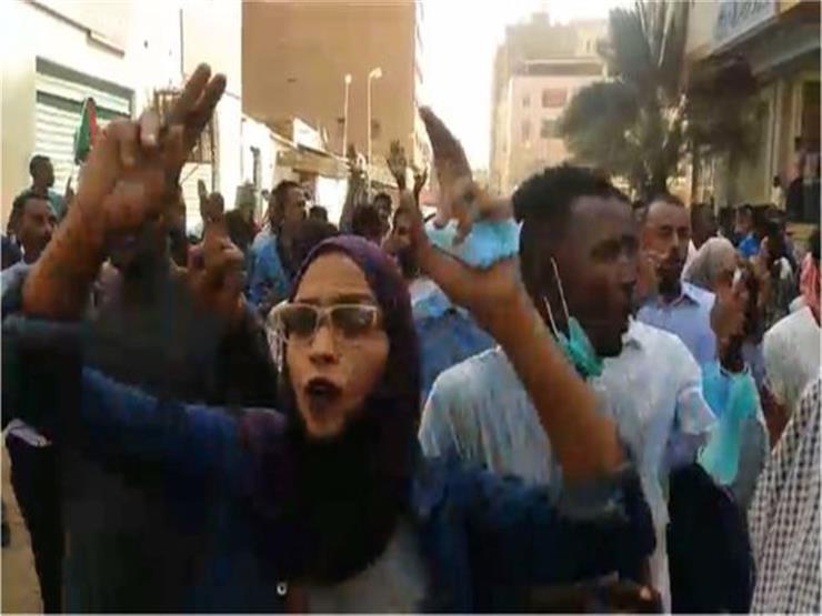 الرئيس السوداني عمر البشير ينقل سلطات زعامته للحزب الحاكم إلى نائبه أحمد هارون