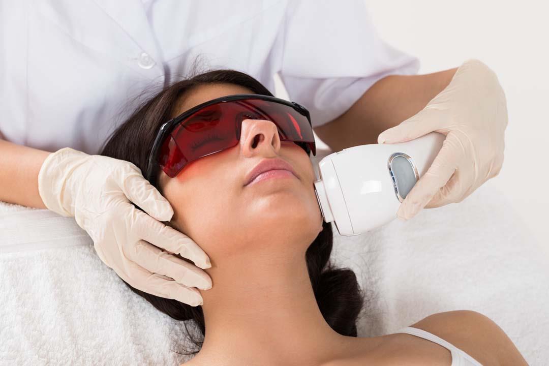 الليزر التجميلي تهدد عينيك بمخاطر متعددة.. هذه النظارة تحميك