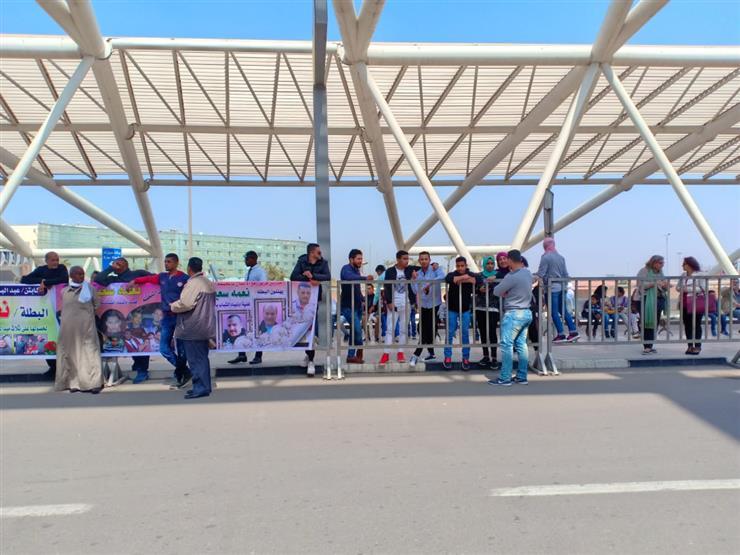 أهالي وأصدقاء بطلة رفع الأثقال يصلون مطار القاهرة لاستقبالها