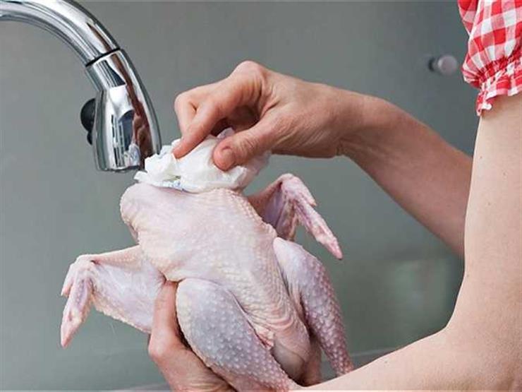 هل يجب غسل الدجاج النيء قبل طهيه؟