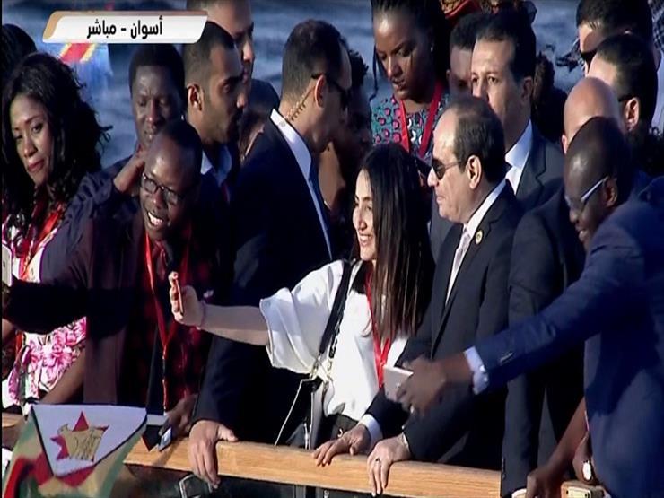 الشباب الإفريقي يلتقط الصور السيلفي مع الرئيس السيسي