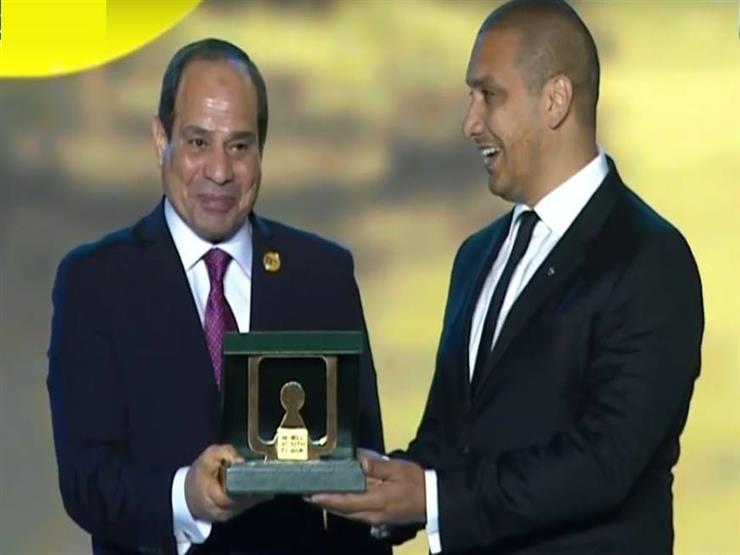 """السيسي يُكرم """"وليد عرفة"""" مصمم مسجد """"باصونة"""" بسوهاج"""