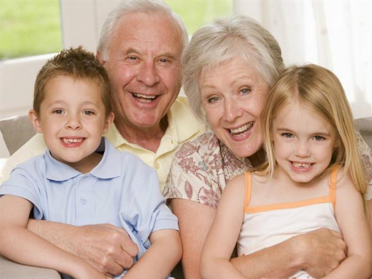 خبراء ينصحون الأجداد بعدم التدخل في كل كبيرة وصغيرة