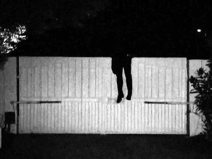 قفز من أعلى حائط هربا من الشرطة.. إصابة متهم أثناء ضبطه في سوهاج