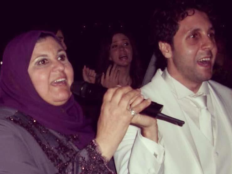هشام ماجد يداعب والدته في عيد الأم