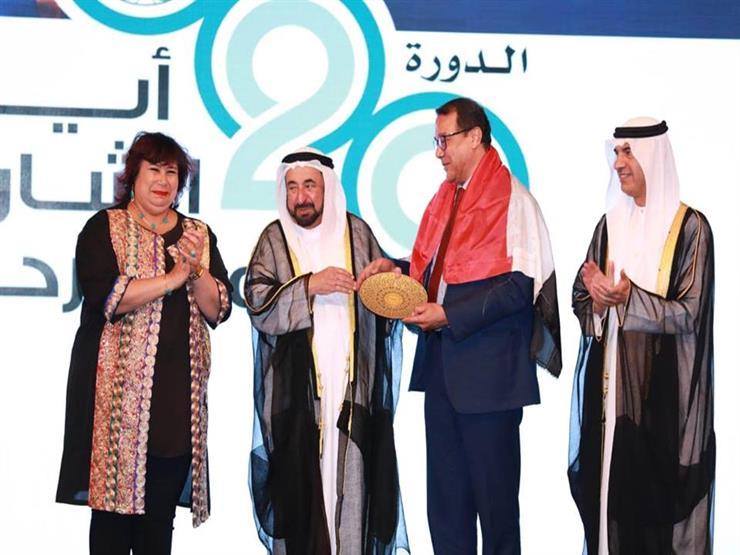 """حاكم الشارقة يسلم مخرج """"الطوق والأسورة"""" جائزة أفضل عرض مسرحي عربي (صور)"""