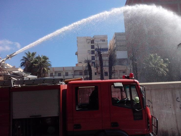 3 سيارات إطفاء تخمد حريقا بشقة أعلى سطح عقار  في إمبابة