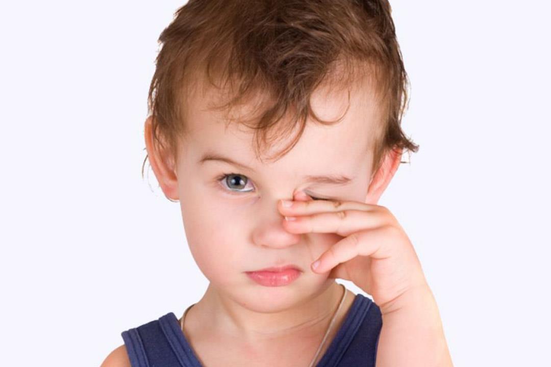 زغللة العين عند الأطفال.. الأسباب وطرق علاجها