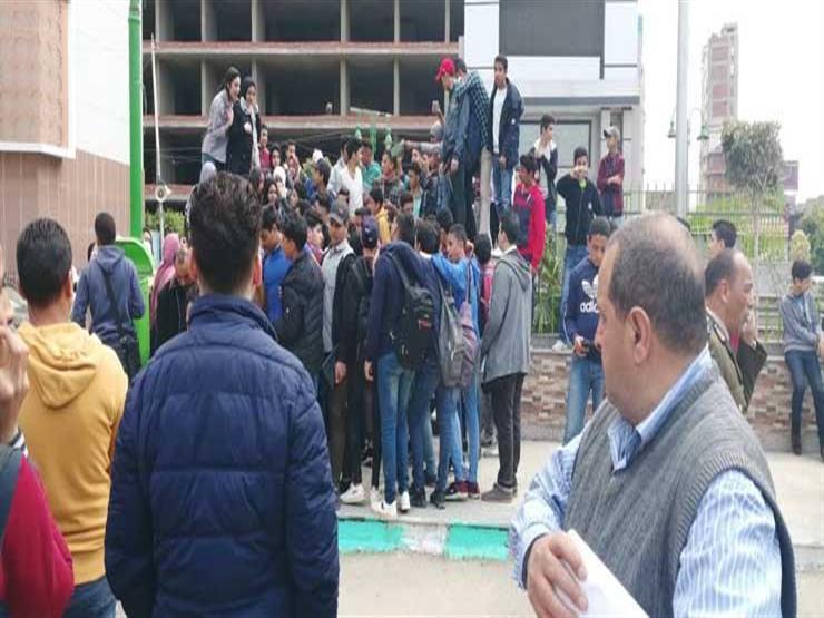 """امتحان ورقي وتقليل """"حشو المناهج"""".. 10 مطالب لطلاب الثانوية في """"مظاهرة التابلت"""" بالشرقية (فيديو)"""