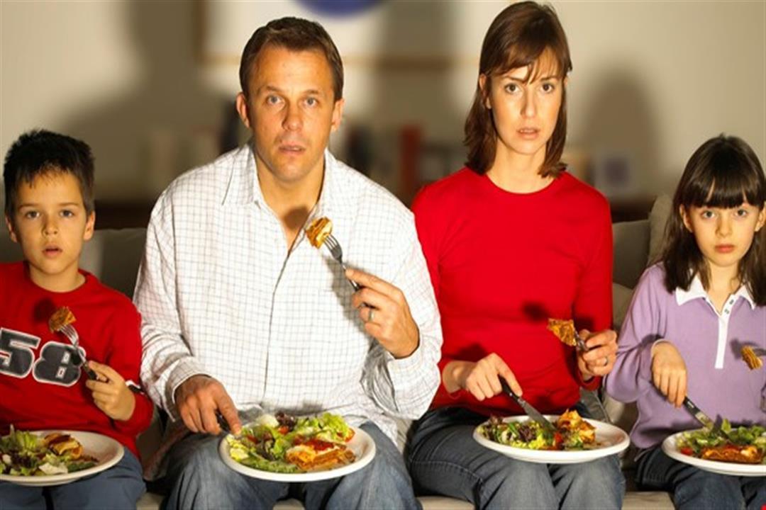 يسبب السكتة الدماغية.. تعرف على خطر الأكل أمام التليفزيون