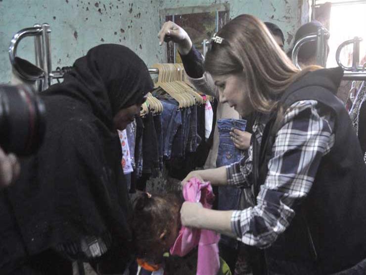بالفيديو- في الأقصر.. ماجدة الرومي توزع الملابس وتساعد طفلًا على ارتداء الحذاء