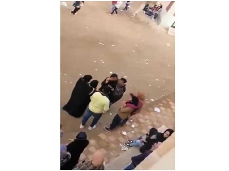 """مصدر: """"تعليم الشرقية"""" اتخذت إجراءً في واقعة احتضان وتقبيل شاب لـ 3 فتيات داخل مدرسة"""