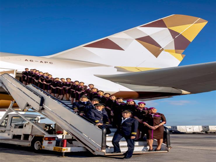 طاقم نسائي يقود طائرة إلى لندن في اليوم العالمي للمرأة