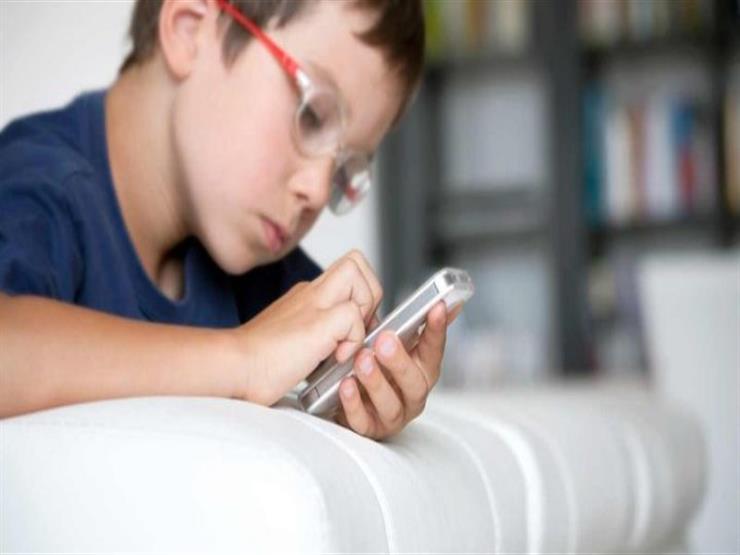 نتيجة بحث الصور عن ماهو العمر المناسب لأعطاء الطفل هاتفا ذكيا؟ أيدي الأطفال