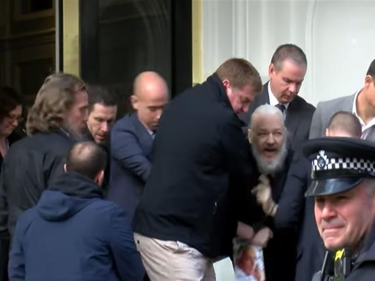 بالفيديو - لحظة وصول أسانج إلى إحدى محاكم لندن بعد اعتقاله