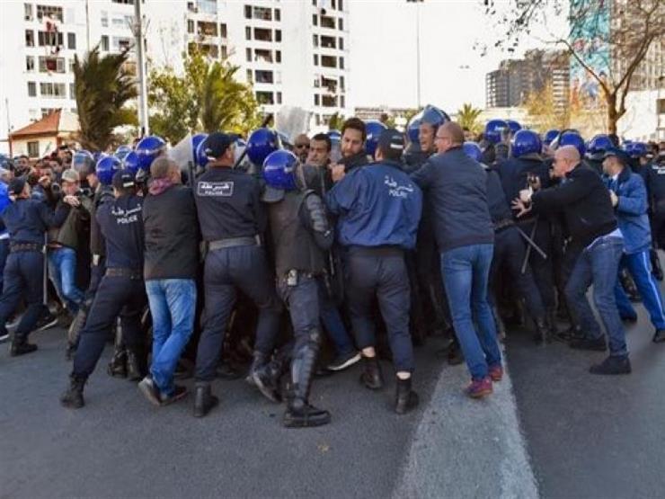 الشرطة الجزائرية تفشل في إبعاد المتظاهرين عن ساحة البريد المركزي في العاصمة