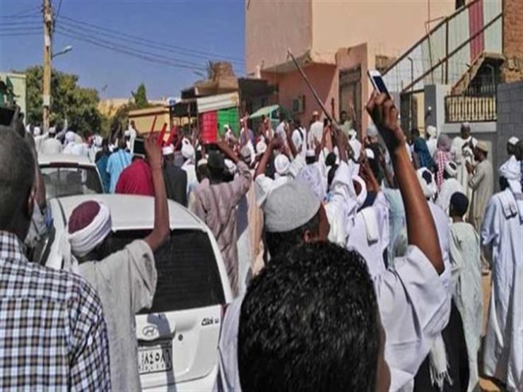 بالفيديو - متظاهرون يقتحمون منزل البشير