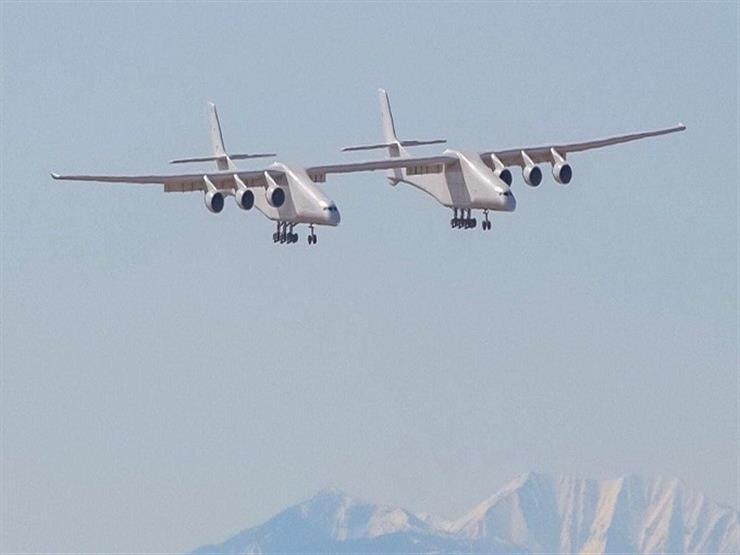 """""""أكبر طائرة في العالم"""" تحلق لأول مرة فوق ولاية كاليفورنيا"""