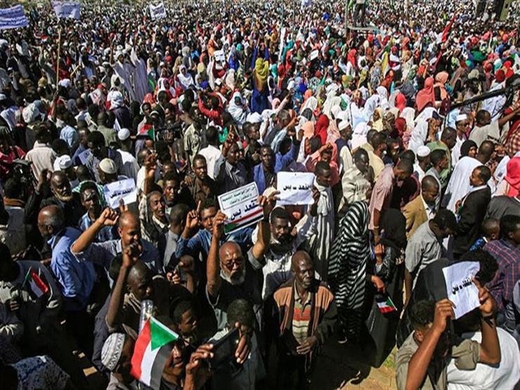 المتظاهرون يواصلون الضغط على المجلس العسكري بعد أسبوع على رحيل البشير