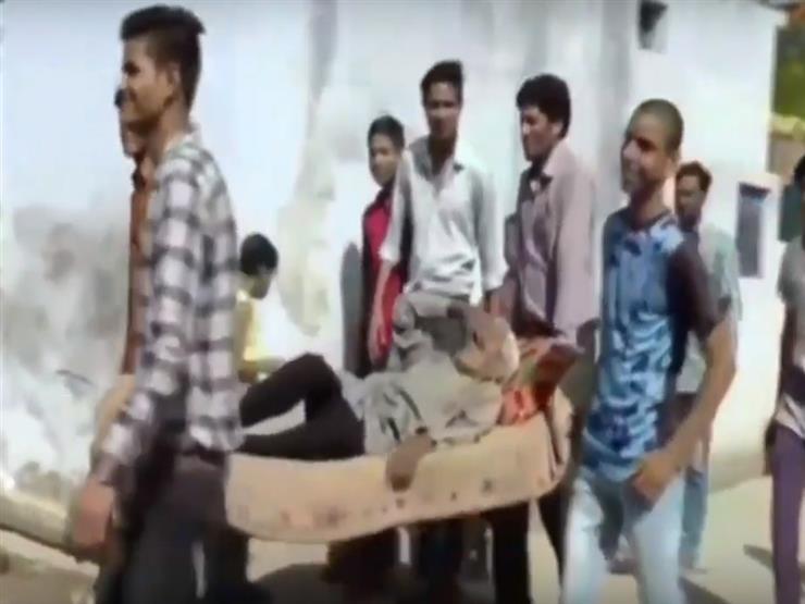 مسن هندي تجاوز الـ100 عام يدلي بصوته في الانتخابات الهندية محمولاً -فيديو