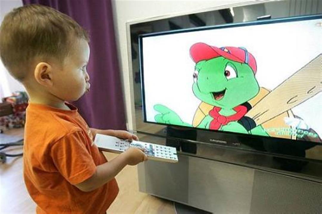 دراسة تحذر: جلوس الأطفال أمام التليفزيون يهددهم باضطرابات خطيرة