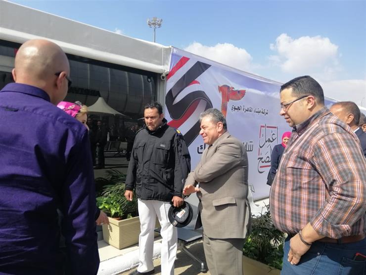رئيس شركة ميناء القاهرة الجوي يتفقد لجان الاستفتاء بالصالات