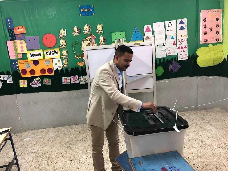أشرف رشاد يصوت في الاستفتاء بلجان الوافدين بالتجمع الخامس
