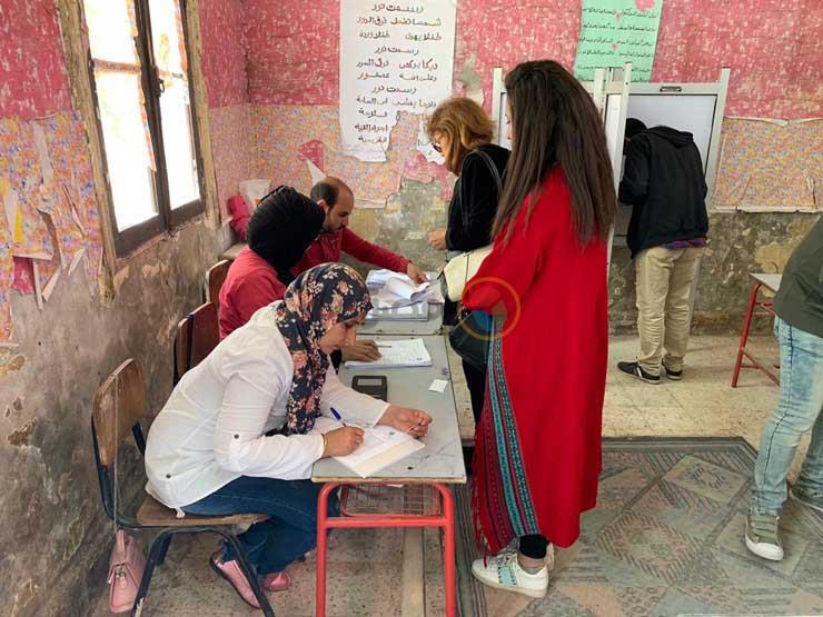 صور- مسيحيون لم يمنعهم أحد السعف من التصويت في استفتاء الدستور