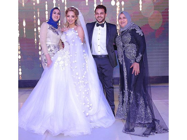 """محمد رشاد مع عائلته: """"كنزي وثروتي ودنيتي كلها في صورة واحدة"""""""